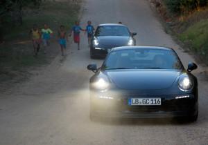 Klassische Silhouette, moderne Technik: Der neue Porsche Carrera durchbricht die südafrikanische Dämmerung.