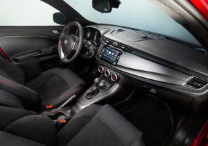 Geschwungene Formen und sportliche Details im Alu-Look: das Cockpit in der Alfa Romeo Giulietta.