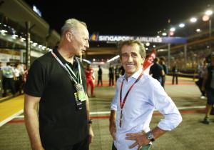 Rennfahrer-Legende als Markenbotschafter: Alain Prost (rechts) - hier beim Grand Prix von Singapur mit Thierry Bollore - unterstützt das französische Werksteam.