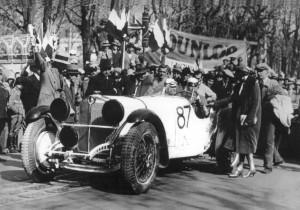 Der spätere Sieger Rudolf Caracciola auf Mercedes-Benz SSK beim Start zur Mille Miglia 1931 und Verabschiedung von seiner Frau. Der spätere Sieger Rudolf Caracciola auf Mercedes-Benz SSK beim Start zur Mille Miglia 1931 und Verabschiedung von seiner Frau