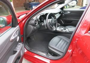 Im Innenraum herrschen vorne üppige Platzverhältnisse, alle wichtigen Bedienungselemente einschließlich einer Start-Stopp-Taste sind im Lenkrad integriert.