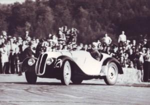 Von Falkenhausen beim Rennen vor Besatzungs-Soldaten.