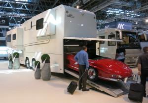 Der Vario Mobil Perfect 1200 Platinum hat eine Unterflurgarage im Heck, die einem Mercedes-Benz SL Roadster Platz bietet.