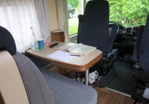 Der Innenraum des Van I 580 MK ist mit soliden Möbeln in dunklen Brauntönen eingerichtet.