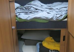 Unter dem Bett bleibt reichlich Raum zum Verstauen der Ausrüstung.