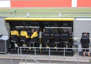 mid Cranfield/Silverstone - Auf der Mauer auf der Lauer: Die Kommandozentrale von Renault Sport an der Start-und-Ziel-Geraden in Silverstone.
