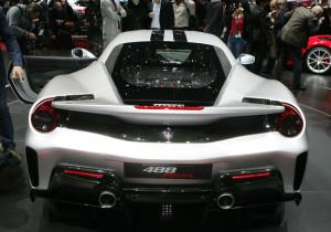 mid Genf - Der 3.902 ccm große V8-Twinturbo-Motor sorgt für eine Beschleunigung des 4,61 Meter langen und 1,21 Meter hohen Ferrari 488 Pista von 7,6 Sekunden bis Tempo 200.