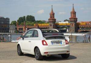 mid Berlin - Der Collezione ist als Limousine und auch als Cabriolet (Bild) erhältlich. Das elektrische Verdeck ist dann im Grau der grau-weiß-grauen Trennlinie gehalten, die alle Collezione-Versionen rundum ziert.